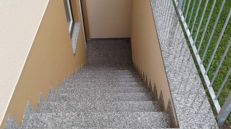 Weg und Treppe